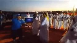 Enlace a GIF: El baile de Maradona imitando a los burlaos ¡What the f***..!
