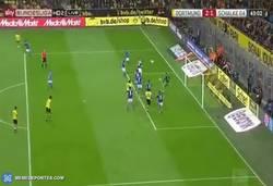Enlace a GIF: Gol del Ginter para el BVB en un saque de córner