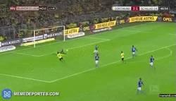 Enlace a GIF: ¡Gol de Aubameyang  frente al Schalke! 3-1