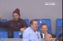 Enlace a GIF: Sabes que De Rossi siente pasión por la Roma, cuando celebra los goles así desde el palco