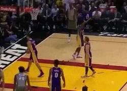Enlace a GIF: Marcelinho Huertas haciendo de las suyas en la NBA