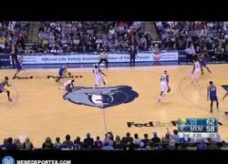Enlace a GIF: Increíble jugadón y definición de Stephen Curry contra los Grizzlies