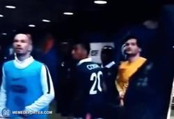 Enlace a GIF: Los jugadores franceses viendo lo que sucede por televisión en el túnel de vestuarios. Tremendo