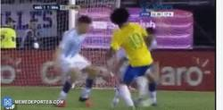 Enlace a GIF: Gran elástica de Willian entre dos jugadores de Argentina