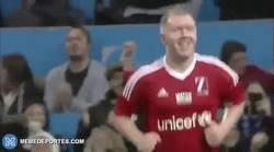 Enlace a GIF: Como en los viejos tiempos en Manchester United... centro de Beckham y gol de Scholes