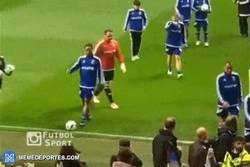 Enlace a GIF: Ronaldinho haciendo un Ronaldinho en el partido benéfico de UNICEF