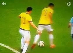 Enlace a GIF: Tremendo lo de James empujando a un compañero de selección por tener el balón