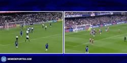 Enlace a GIF: La increíble similitud entre el gol de Willian y el de Gianfranco Zola