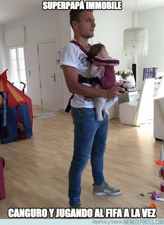 736722 - Cuando tienes que cuidar al bebé, pero también quieres jugar al FIFA