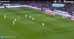 Enlace a GIF: Golazo de Iniesta que marca el 0-3, el Real Madrid se hunde