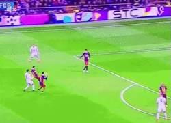 Enlace a GIF: El sombrerito de Alves a Cristiano Ronaldo en El Clásico