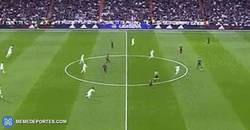 Enlace a GIF: En los primeros segundos del Clásico estaba claro de cómo iba a ser el partido