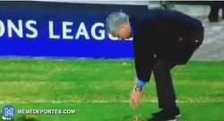 Enlace a GIF: José Mourinho haciendo de jardinero durante el partido frente al Maccabi