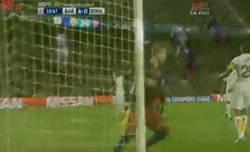 Enlace a GIF: ¡Gol de Piqué! Esta vez no ha estado Munir para arruinarle el gol