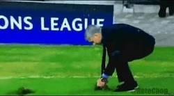 Enlace a GIF: Lo que Mourinho vio en el césped, por @RotoChop_