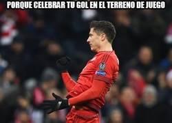 Enlace a Lewandowski celebra los goles por todo lo alto