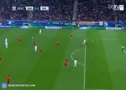 Enlace a GIF: Goooool de Cristiano empujando el balón, gran centro de Bale por la izquierda