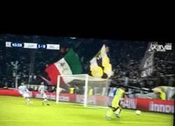 Enlace a GIF: ¿La Juve necesita lateral? Tranquilos, Buffon se encarga de eso