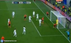 Enlace a GIF: Dentinho marca el segundo gol para el Shakhtar. Poco a poco están intentando una remontada
