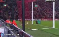 Enlace a GIF: ¡Gol de Benteke para el Liverpool que le de la vuelta al marcador!