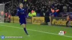 Enlace a GIF: Vardy celebrando el gol con el