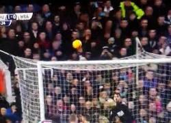 Enlace a GIF: El GOLAZO espectacular de tiro libre de Mauro Zárate ante West Bromwich Albion