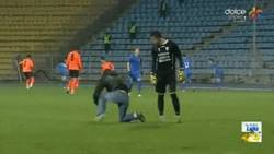 Enlace a GIF: Un aficionado golpea a un portero por haber encajado 6 goles