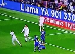 Enlace a GIF: Alegría inmensa de Cristiano por el doblete de Benzema en estos días difíciles para el francés
