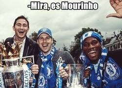 Enlace a Míticos del Chelsea saludan a Mou