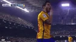 Enlace a GIF: Suárez mandando callar a Mestalla. ¿Falta de respeto o simple celebración?
