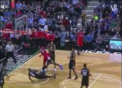 Enlace a GIF: Brutal mate de Deandre Jordan en la NBA