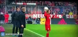 Enlace a GIF: El papelito que le entregó Guardiola a Lahm. Minutos después el Bayern marcaría 2 goles