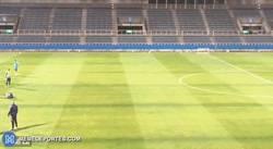 Enlace a GIF: La precisión de Messi para meter un gol imposible en el entreno en Japón