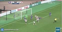 Enlace a GIF: ¡Y con este gol con ayuda del portero, River se clasificaba a la final del Mundial de Clubes!