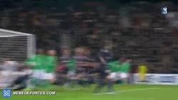 Enlace a GIF: Ibrahimovic cerca de hacer un golazo de tijera