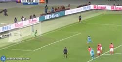 Enlace a GIF: Gol de penalti de Luis Suárez ¡Hat trick!