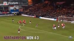Enlace a GIF: El Northampton FC y su 'perfecto' tiro libre que terminó en gol