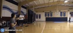 Enlace a GIF: Ojo a la puntería de Mark Walhberg con el balón de fútbol americano