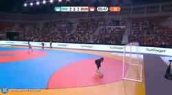 Enlace a GIF: Brutal gol de 'lambretta' de Falcão en el futsal