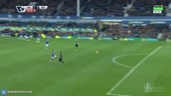Enlace a GIF: Golazo de Shaqiri que pone el 1-2 en el Everton-Stoke City. Vaya barbaridad de gol