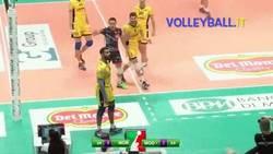 Enlace a GIF: Puntazo de espaldas en voleibol en la liga italiana