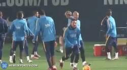 Enlace a GIF: Así empezó el 2016 Leo Messi. Cañito a Luis Suárez en el entrenamiento