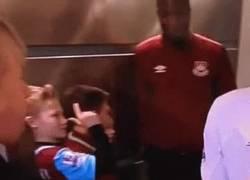 Enlace a GIF: Este niño de West Ham trolleando a Lovren antes del partido