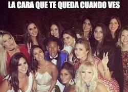 Enlace a Neymar marcando fuera del campo también