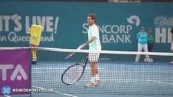 Enlace a GIF: Federer en juego de exhibición juega... CON UNA RAQUETA GRANDE