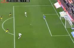 Enlace a GIF: Goool de Valencia. Rodrigo pone el 2-0 con pase de Santi Mina