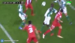 Enlace a GIF: Gol de Krychowiak con mil rebotes por medio