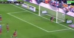 Enlace a GIF: ¡BOOOM! Vaya golazo de falta de Messi. Espectacular