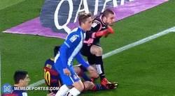 Enlace a GIF: El portero del Espanyol agrediendo fuerte a Messi con un pisotón en la espinilla