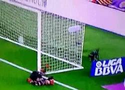 Enlace a GIF: El motivo por el que Luis Suárez celebra delante de Pau López un gol del Barça